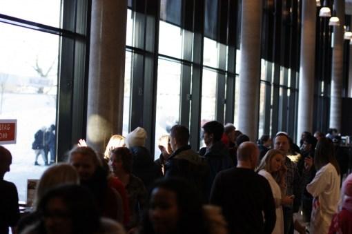 Gangen i første etasje var full av elever som besøkte skolen. Foto: Einar Løken