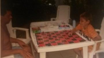 samen met mijn vader schaken