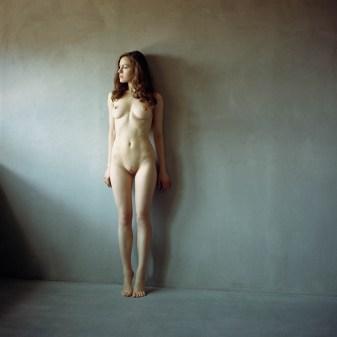 frontal nude standing lady fille nue de face debout corps dévoilé