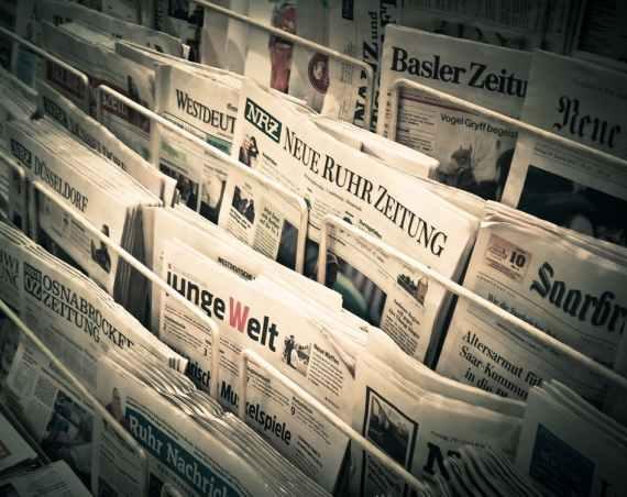 Jornais empilhados em uma banca