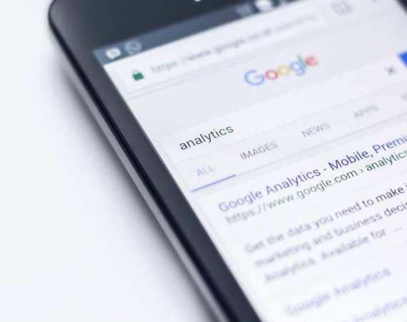 Certificações do Google: celular mostra a palavra Analytics