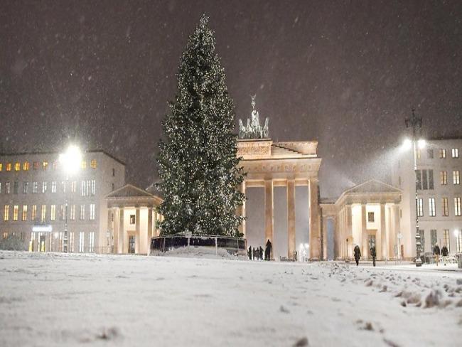 Neve, fogos e luzes tingem o Réveillon em Berlim