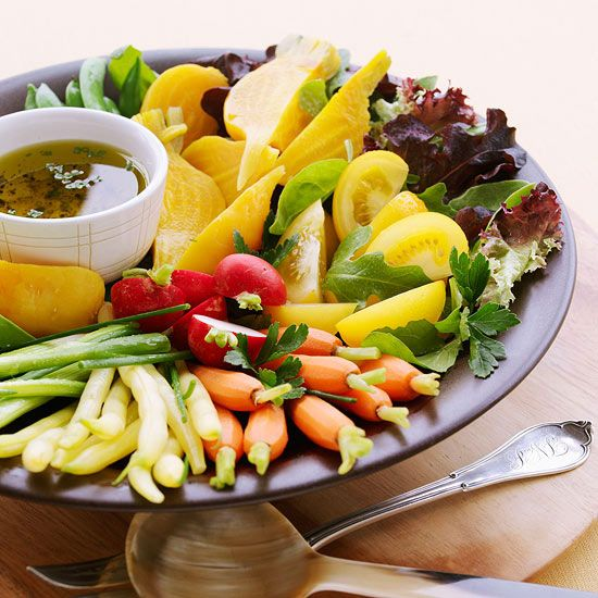 Na mesa, somente um belo e atraente prato de salada.