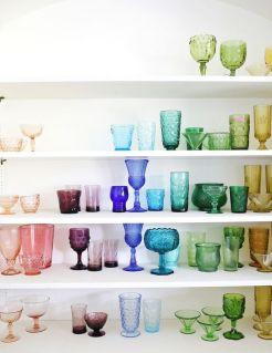 cor na cozinha com copos coloridos