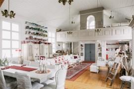 Uma reforma e uma bela decoração transformam uma antiga capela em uma casa de tirar o fôlego.