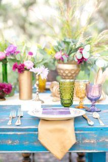 Uma bela mesa com copos coloridos