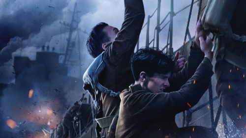"""Men escaping by sea in """"Dunkirk"""" (2017)"""