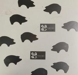 """FabLab Logos und """"Schweinchen"""" aus Stahlblech"""
