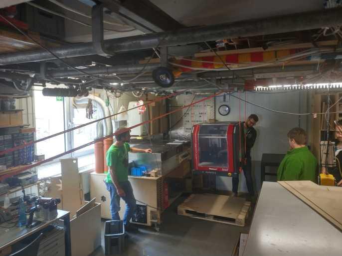 Fräsmaschine wird per Flaschenzug hochgehoben