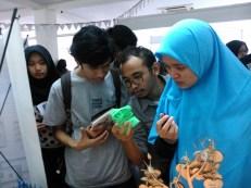 contoh produk 3D Printing FabLab Bandung, sedang diperatikan oleh pengunjung