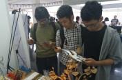 para mahasiswa ITB, sedang membaca brosur FabLab Bandung