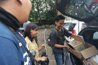 Kang Triyan sedang packing barang ke dalam mobik