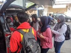 Packing perlengkapan ke dalam mobil Mbak Kiki, Volunteer divisi Operasional