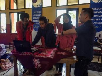 Fariz, Volunteer dari divisi Marketing sedang menyiapkan materi presentasi