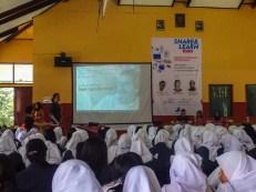 Presentasi bagian pertama dibawa oleh Fariz Volunteer divisi Marketing