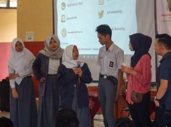 Satu dari beberapa siswa dan siswi SMK Negeri Bandung bertanya kepada FabLab Bandung