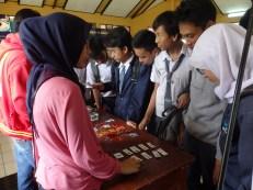 Para siswa dan siswi SMK Negeri 14 Bandung mengunjungi bagian display merchandise FabLab Bandung