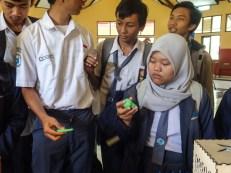 Para siswa dan siswi sedang memperhatikan produk hasil 3D Printing FabLab Bandung