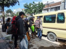 Masuk ke Angkot yang disewa