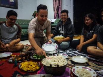 Mas Alad membuka makan malam
