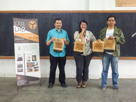 Foto bareng peserta dengan hasil karya masing-masing.