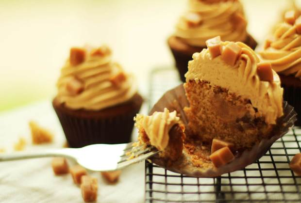 sticky-toffee-pudding-cupcake-recipe-8