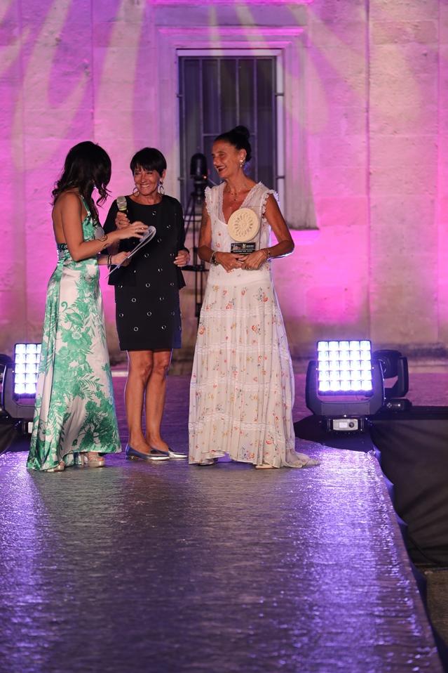 Premiazione michela gattermayer (vicedirettore gioia) targa comsegnata da bruna rossi (fashion editor io donna) ph. sandro quarto