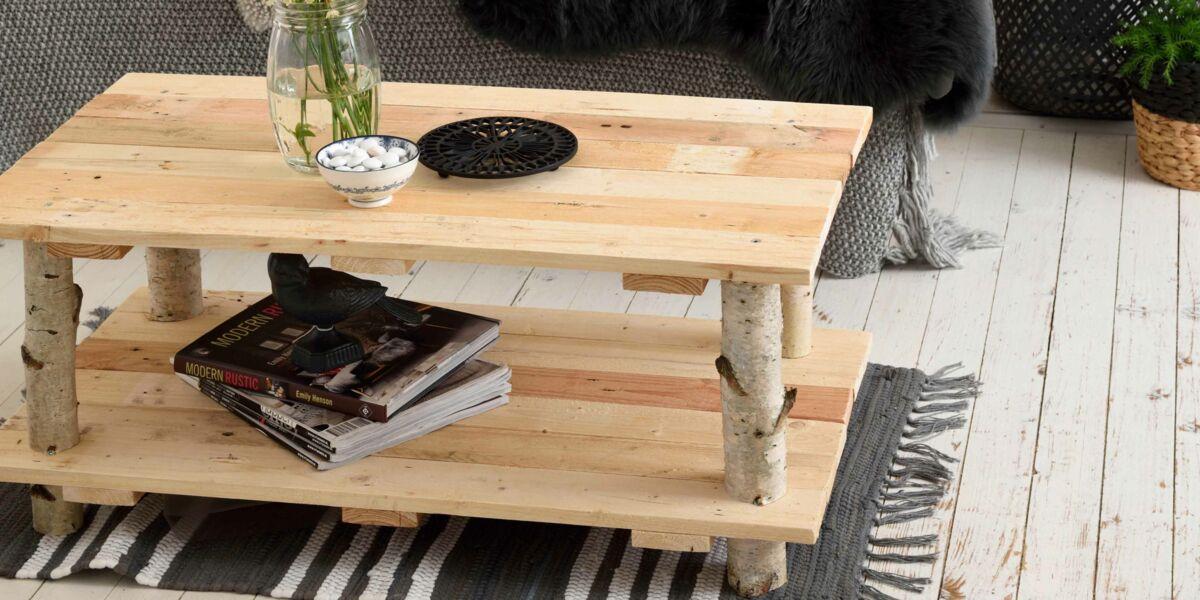 une table avec des rondins de bois par