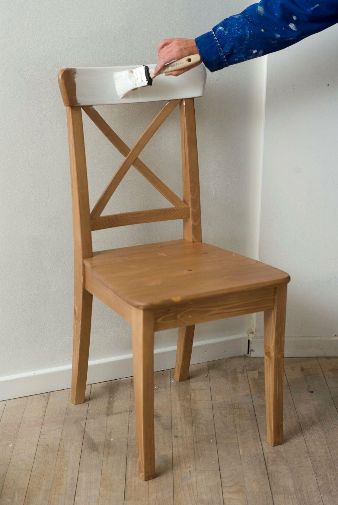 Relooking De Meuble Comment Peindre Et Tapisser Une Chaise En Bois Femme Actuelle Le Mag