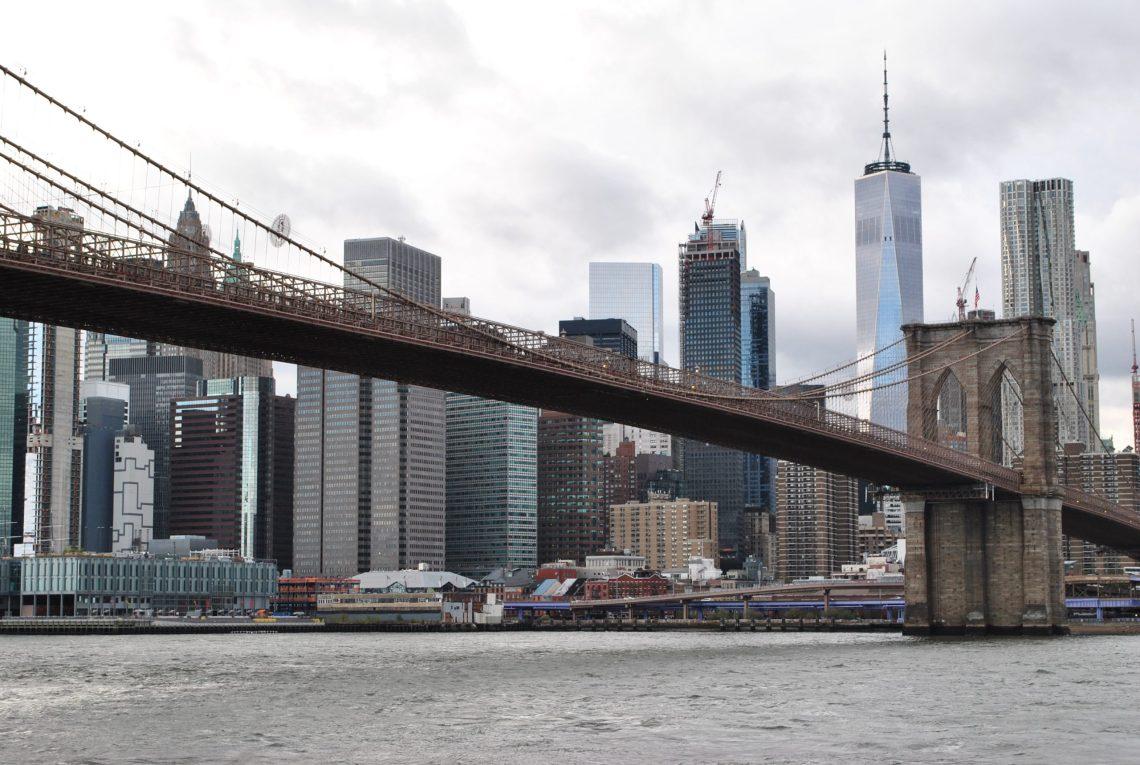 Ponte di Brooklyn con Sky line.