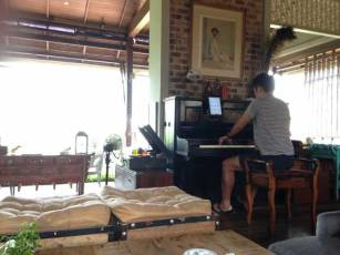 playing the piano at Silhouette in Pai