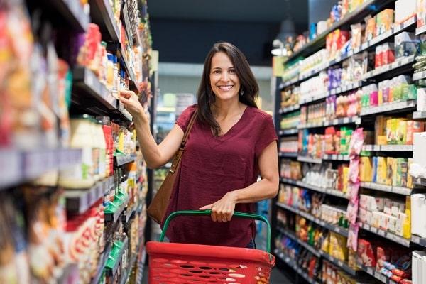 Mulher fazendo compras supermercado