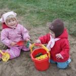 kinder-spielen-im-sand