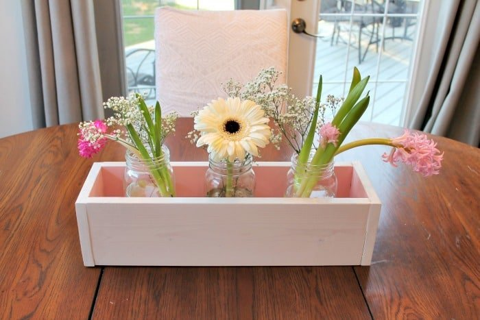 A pretty mason jar idea for fall.  this mason jar centerpiece is perfect for fall farmhouse decorating,
