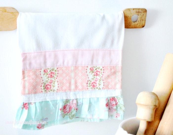 Ruffle edge Pretty DIY tea towel, prairie point, diy tea towel, diy kitchen towels, what is a tea towel, sew a tea towel, Spring tea towels