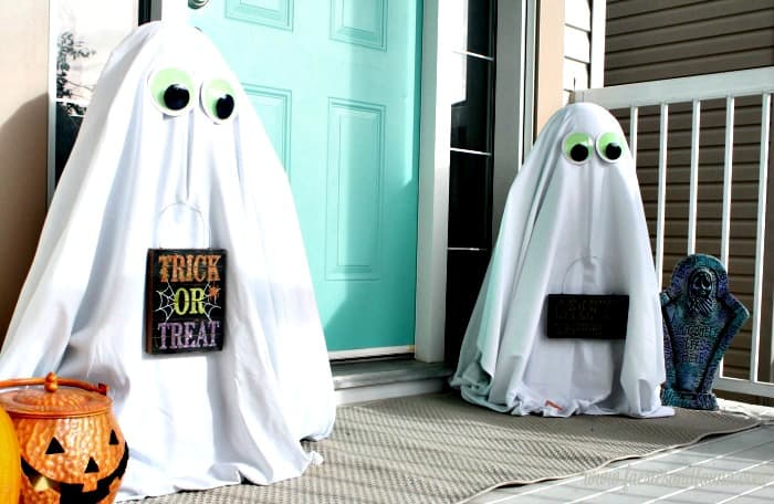 Halloween porch decoration for the front door. These Halloween ghosts are perfect DIY Halloween yard decorations.