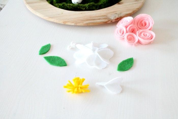 White felt flower. Easter Centerpiece, Easter decorating ideas, felt flowers, Easter decor, DIY Easter decorations, DIYspring decor, Easter bunny crafts