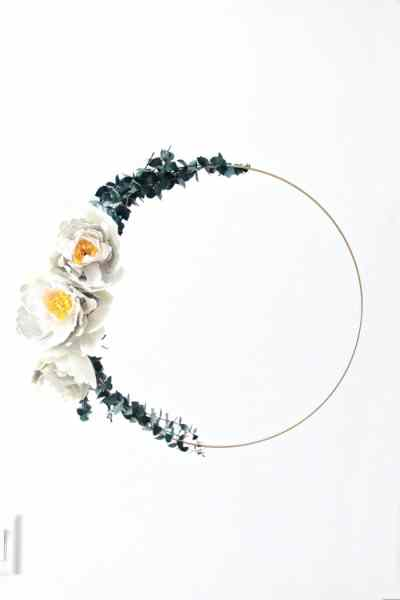 Elegant simplistic styled wreath made with crepe paper peony flowers, a metal gold hoop and suspended from the ceiling to float. Flower making, how to make paper flowers, flower making with crepe paper, minimalist wreath, elegant wreath, diy wedding decor, paper flowers wedding, book page crafts.