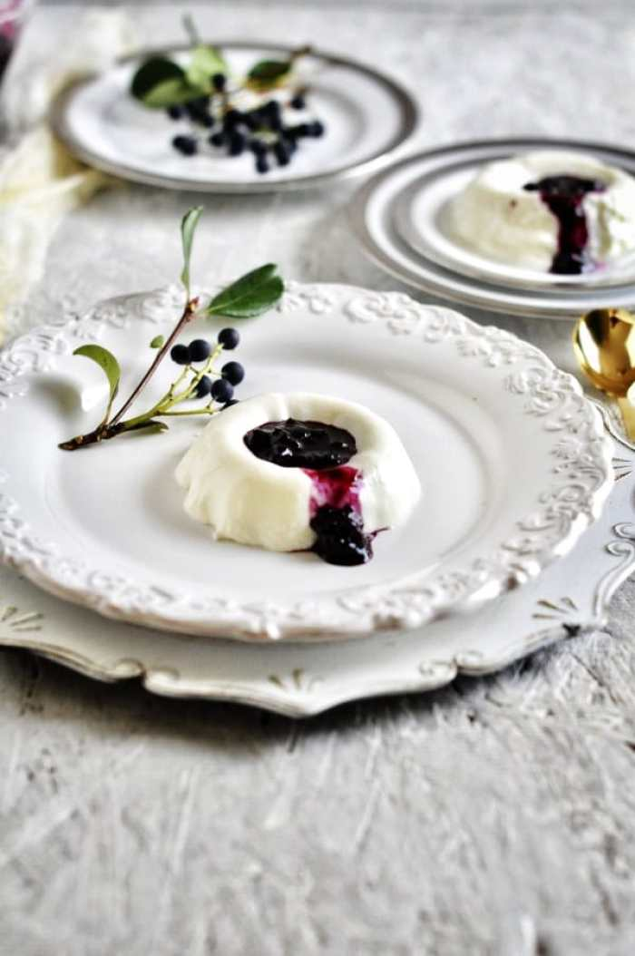 No-bake blueberry coulis with yogurt,.
