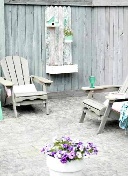 A back yard deck with a pallet wood flower pox. A pallet wood flower box for the back yard, DIY Wood Planter Plan, DIY flower box DIY planter, mod podge projects, mod podge crafts