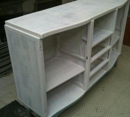 Appliquer une sous couche sur un meuble en bois pour préparer l'application de la peinture