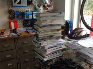 Kataloge und andere Unterlagen aus einem arbeitsreichen Jahr.