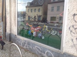 """linkes Schaufenster: """"Bags"""" """"Paint the Style"""""""