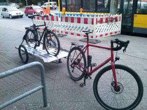 beladener Fahrrad-Abschlepper