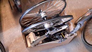 Karton mit Fahrradteilen