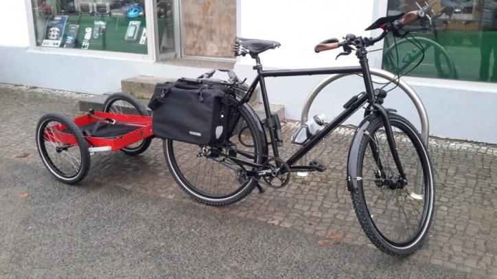 Fahrrad mit Anhänger und Packtaschen
