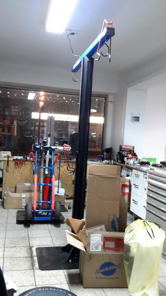 fertig aufgebauter Montageständer, davor das nun nicht mehr benötigte Verpackungsmaterial