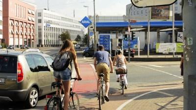 Radfahrer überqueren die Straße in Mainz