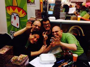 Trois auteurs sur le stand Repos, avec leur illustrateur préféré. Three game designers at the Repos stand, with their favorite illustrator.