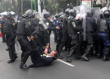 In México we also have some revealing images about our police. #myNYPD #MiPoliciaMexicana